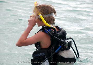 Een jongen die begint met duiken
